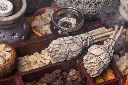 サルビア Apiana (ホワイトセージ、神聖なセージ、蜂セージ、カリフォルニア セージ) とさまざまな種類のお香の香: ミルラ、フランキン センス、gowe