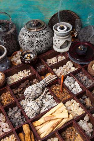 다양한 종류의 인기있는 향 : 몰약, 유향, 메신저, 코파이바, 샐비 아피아, 보레 나, 고우 티에 레이, 팔로 산토 스톡 콘텐츠