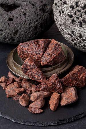 드래곤의 피는 크로톤 (Croton), 드라 세나 (Dracaena), 카라 무스 로탄 (Calamus rotang)과 같은 식물 종에서 얻은 붉은 색 수지입니다. 고대부터 바니쉬, 의약품, 스톡 콘텐츠