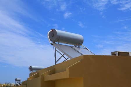Systèmes de chauffage de l'eau du soleil (capteurs solaires) sur les toits de l'hôtel à Marsa Alam, Egypte Banque d'images - 85940418