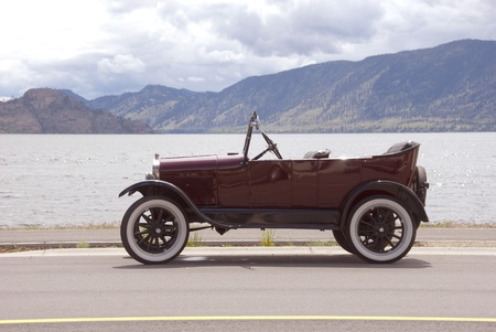 ford: Oude Convertible Geparkeerde by the Lake