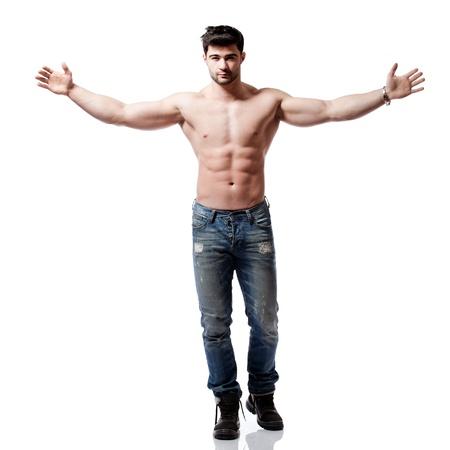 complet du corps abattu d'un beau jeune homme, vêtu d'un jean bleu