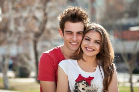 jovenes enamorados: Pareja de jóvenes se divierten en el parque
