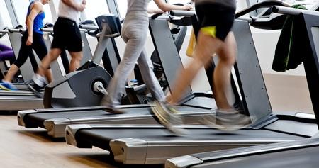 motion: gym shot - folk som kör på maskiner, löpband