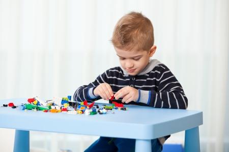 cinque anni di età bambino che gioca in salotto o all'asilo