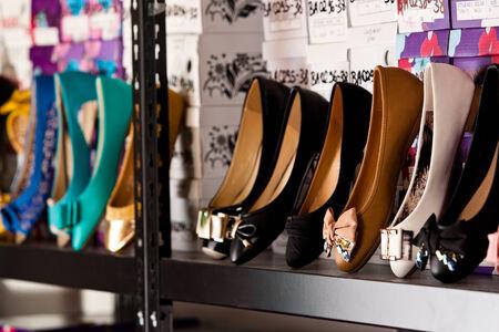 tienda zapatos: Una muestra de los zapatos planos de colores Foto de archivo
