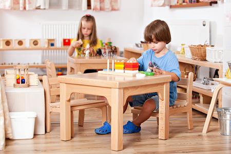 kinder: Ni�o jugando con juguetes en su mesa; Imagen tomada desde un jard�n de infancia