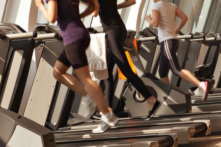 gens courir: gymnase shot - gens qui courent sur des machines, tapis roulant