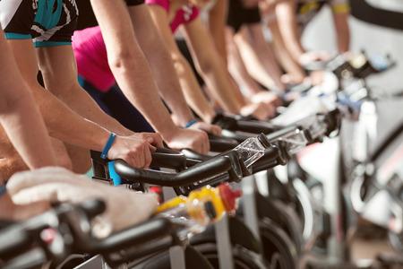 andando en bicicleta: gimnasio detalle tiro - la gente en bicicleta; clase de spinning