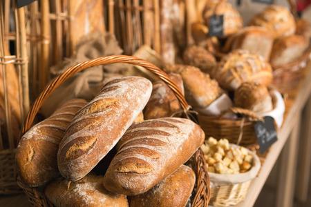 cestas de pan en un estante, en una tienda de panadería