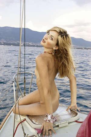 the naked girl: Chica desnuda en el arco yates