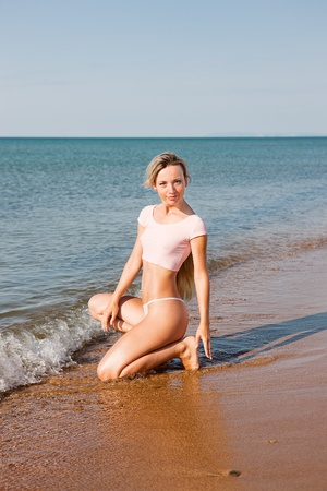 pezones: Mujer joven en la playa del mar caliente