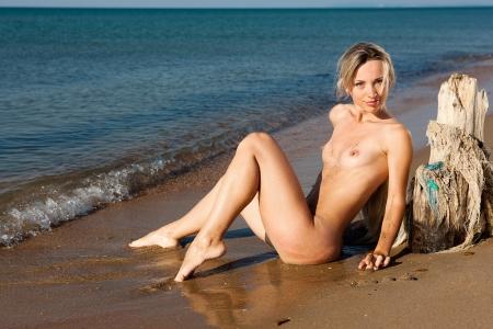 nue plage: Jeune femme sur la plage de la mer chaude