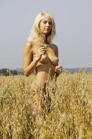 young nude girl: Mädchen mit einer schönen nackten Brüste im Wert von Hafer Lizenzfreie Bilder