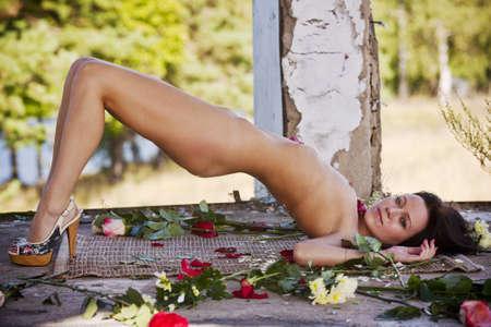jeune femme nue: Jeune femme nue avec des fleurs Banque d'images