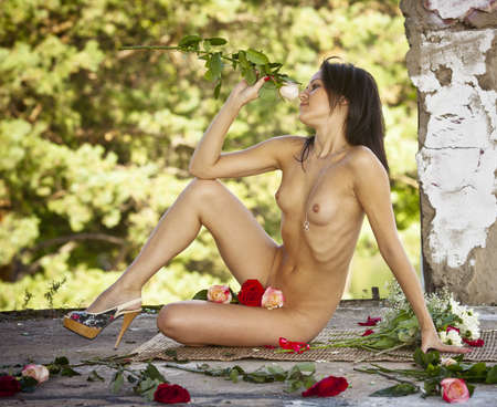 jeune femme nue: Fille nue avec des roses jeune femme nue avec des fleurs