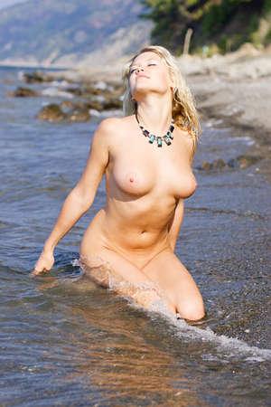 joven desnudo: Mujer desnuda joven en el mar