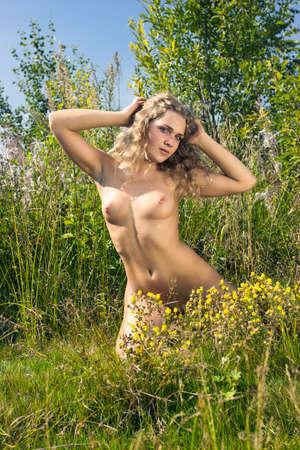 Hermosa chica desnuda. Mujer desnuda joven en el parque. Foto de archivo - 17630480
