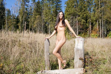 junge frau nackt: Sch�ne nackte M�dchen Nackte junge Frau im Park Lizenzfreie Bilder