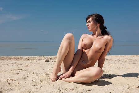 the naked girl: Chica desnuda en la playa