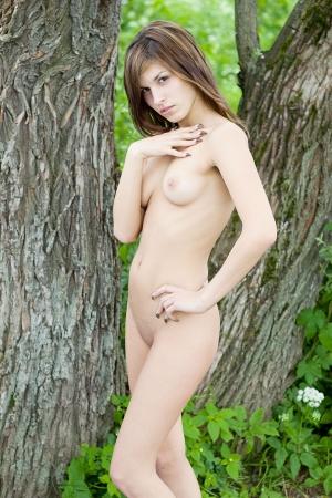 desnuda: Hermosa chica desnuda Mujer desnuda joven en el parque Foto de archivo