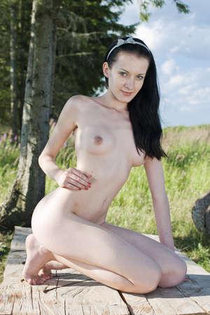 joven desnudo: Hermosa chica desnuda Mujer desnuda joven en el parque Foto de archivo