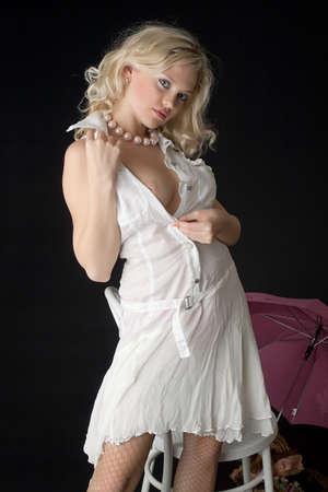 senos desnudos: La rubia con un vestido blanco con los pechos desnudos