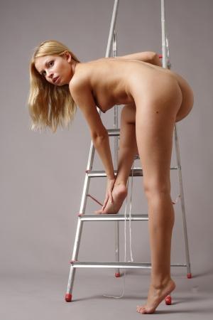 naakt: mooi meisje in de buurt van de trap Stockfoto