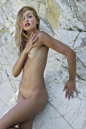 desnudo de mujer: Chica desnuda cerca de los acantilados blancos Hermosa mujer desnuda