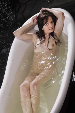 tetas: Mujer desnuda en un baño. Retrato de una mujer mojada.