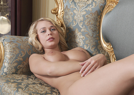 ragazza nuda: Studio ritratto di una ragazza nuda. donne nude.