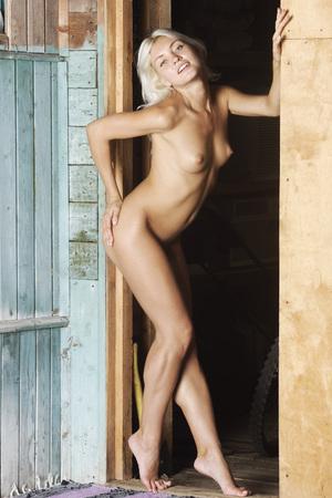 tetas: Retrato de una hermosa chica desnuda. Belleza descubierta. Foto de archivo