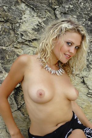 topless: Fille topless à l'extérieur. Portrait d'une femme nue. Banque d'images