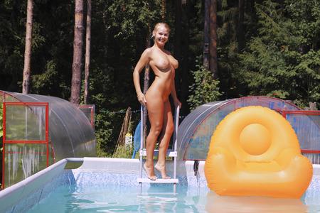 sexy nackte frau: Porträt einer nackten jungen Frau am Pool.