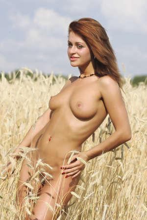 junge nackte mädchen: Nude Mädchen. Portrait einer jungen nackten Frau. Lizenzfreie Bilder