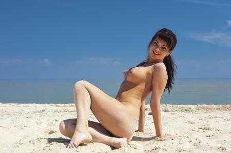 nue plage: Fille topless à l'extérieur. Portrait d'une femme nue. Banque d'images