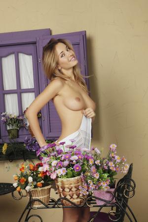 seins nus: Studio portrait d'une femme nue. Fille nue.