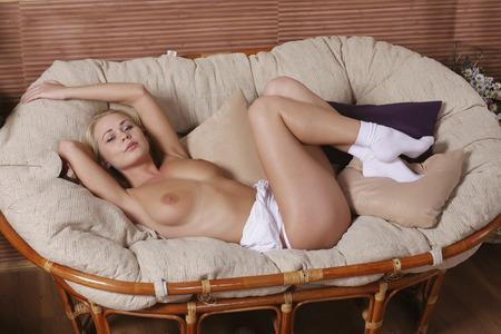 chica desnuda: Retrato del estudio de una muchacha desnuda. topless.
