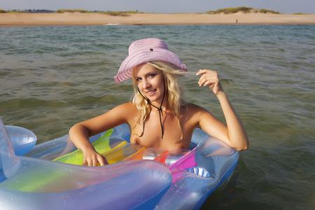 fille sexy nue: beauté nue de la mer. Banque d'images