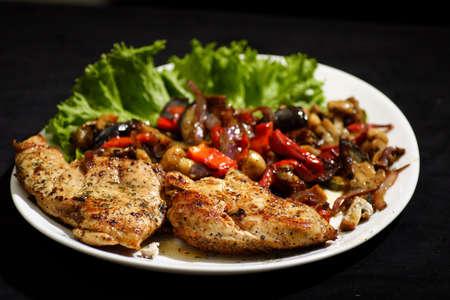 seered pan con pollo asado y ensalada de verduras  Foto de archivo - 615585