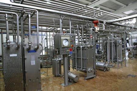 lacteos: de acero inoxidable v�lvulas de control de temperatura y los tubos en los modernos productos l�cteos  Foto de archivo
