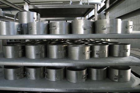 production plant: muffe per la modellatura del formaggio nella pianta di produzione della latteria Archivio Fotografico