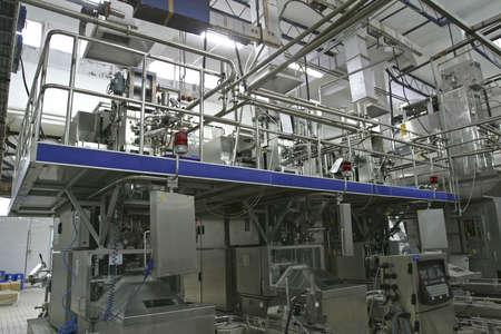 compresor: de acero inoxidable v�lvulas de control de temperatura y los tubos en los modernos productos l�cteos  Foto de archivo