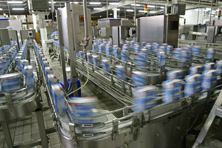 linea de produccion: l�nea de producci�n automatizada en la moderna f�brica de productos l�cteos  Foto de archivo