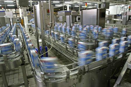 industria alimentaria: l�nea de producci�n automatizada en la moderna f�brica de productos l�cteos  Foto de archivo
