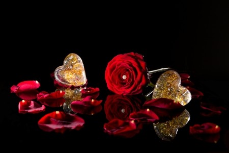 spiegelung: Rose mit Perle und Glasherzen Stock Photo