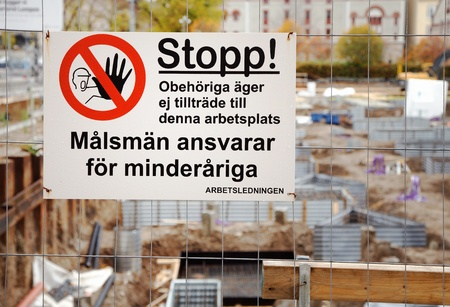 minors: S�dert�lje, Suecia - 13 de octubre de 2012: Inicia sesi�n en el sitio de construcci�n en Storgatan 32, con el texto en sueco; personas no autorizadas Stop, no se les permite Guardianes son responsables de los menores. La supervisi�n.