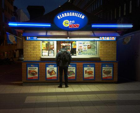 casse-cro�te: Stockholm, Su�de - 25 Octobre 2012: Klaragrillenll un snack-bar au Drottninggatant. �ditoriale