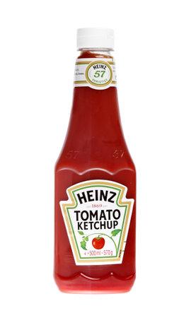 Eine Plastikflasche mit 570 g Heinz Tomatenketchup gefüllt, isoliert auf weißem Hintergrund.