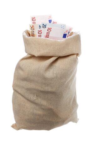 sacco juta: Un sacco di iuta pieno di euro isolato su bianco.